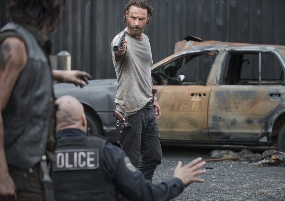The Walkind Dead Saison 5 episode 7 Crossed rick officiers