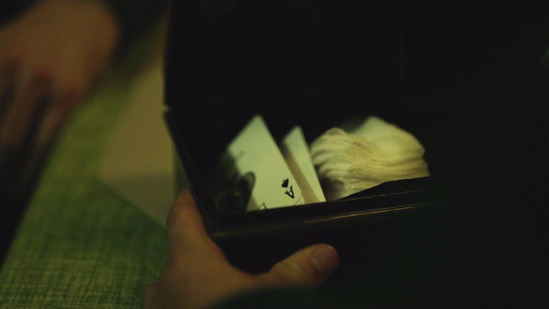 Bullseye easter egg ace of spade aid kit as pique trousse médicale daredevil netflix serie pix geeks 102