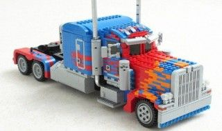 Il construit un Optimus Prime transformable en LEGO