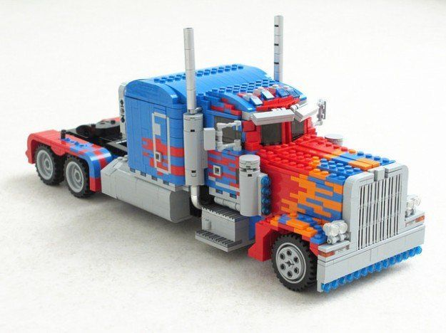 Il construit un Optimus Prime transformable en LEGO #1