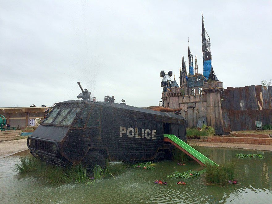 PHOTOS : Banksy crée un parc d'attraction pour adulte : Dismaland