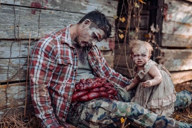 Une maman transforme son bébé et son mari en zombies pour un shooting photo ultra gore #2