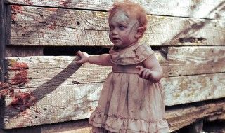 Une maman transforme son bébé et son mari en zombies pour un shooting photo ultra gore