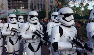 Des Stormtroopers font respecter la distanciation sociale à Disney World